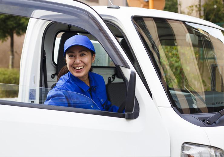 不用品の買取と回収をする女性スタッフ